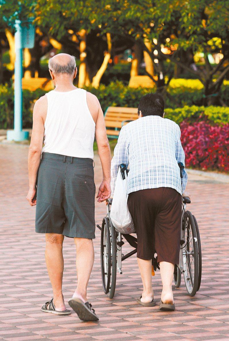 列報扶養未滿60歲直系尊親屬,必要條件之一必須為「無謀生能力」。 本報資料照片