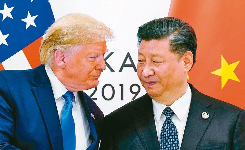 在美國總統川普(左)壓力下,美國聯邦退休儲蓄投資委員會(FRTIB)延後投資中國大陸企業。圖為川普會晤中國國家主席習近平檔案照。 路透