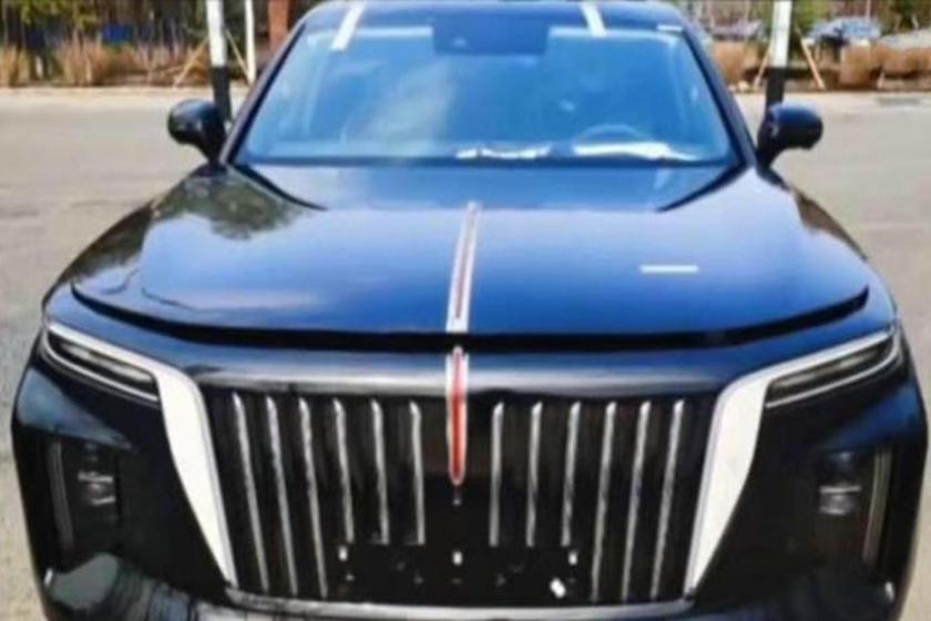紅旗E115配備了相當醒目的勞斯萊斯風格水箱護罩,並帶有垂直鍍鉻條。 摘自Car...