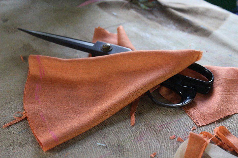 毛料或針織等等材質不適合濕擦的廢布,用來撢灰塵超級好用。 圖/pixabay