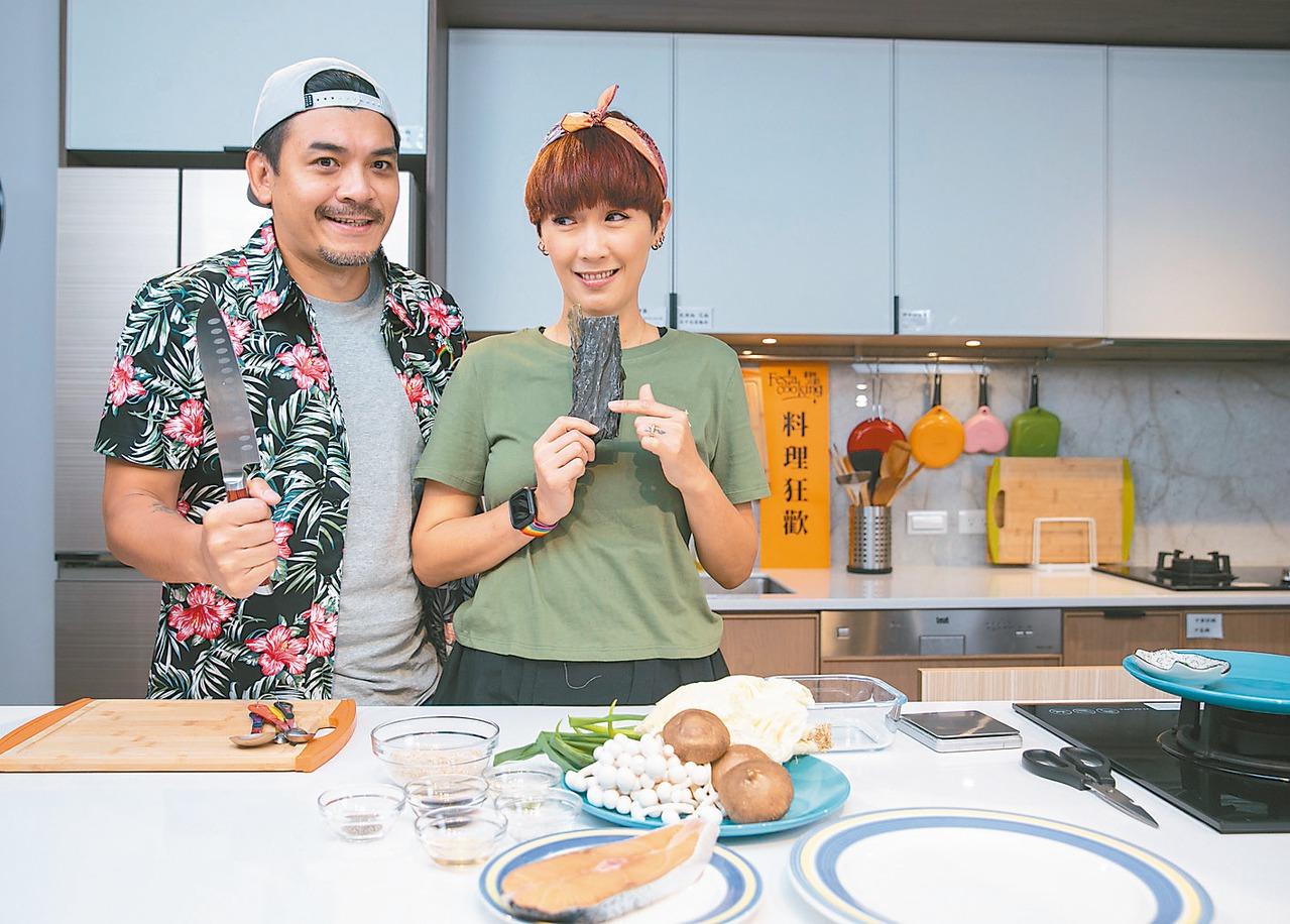 史丹利(左)、Gigi一起做防疫料理。 圖/曾原信 攝影