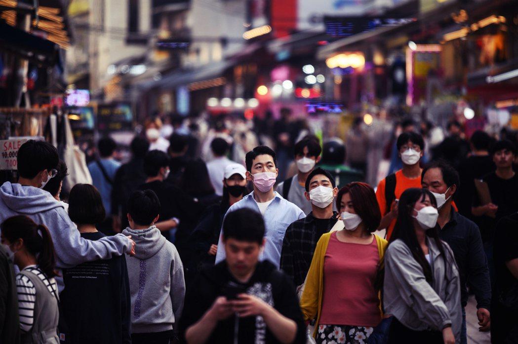 5月11日的首爾街頭。目前防疫部門估疫,仍有約2,000名曾於連假期間出入梨泰院...