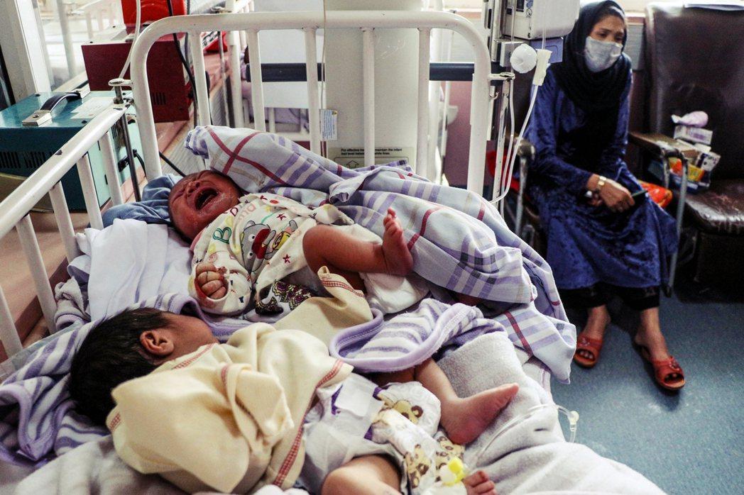 有的孩子能有幸返家,有的孩子卻永遠睡去。圖為自婦幼醫院救出得嬰孩。 圖/法新社
