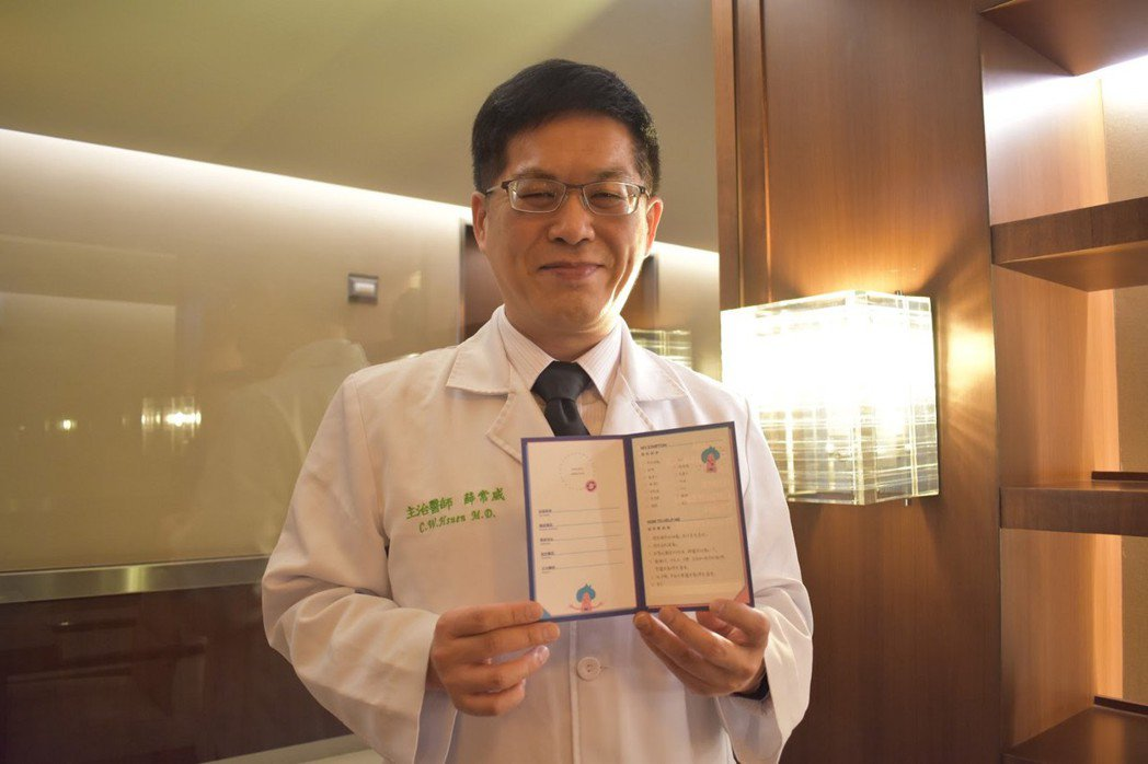 薛常威醫師與其設計產品。  圖/林妤瑄攝影