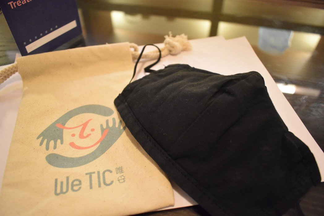 減音口罩與用來裝放的印有唯妥公司logo的袋子。  圖/林妤瑄攝影