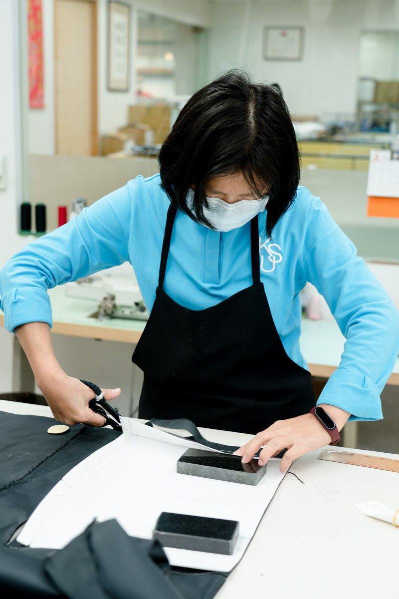 製作制服時,先裁剪所需部位並做好分類。