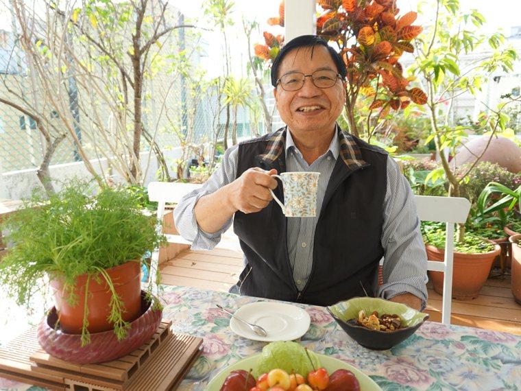 品味咖啡是張金堅退休生活中不可或缺的興趣。 圖片提供/今周刊幸福熟齡,攝影/林芷...