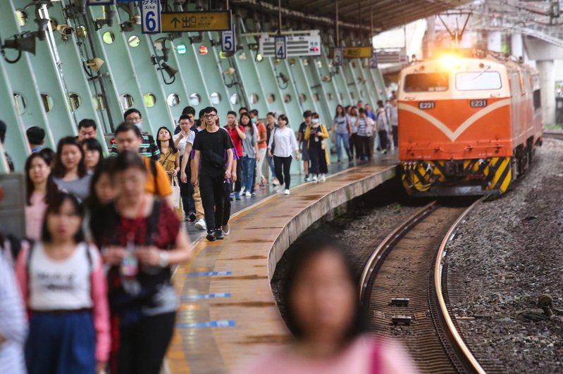 汐科火車站因月台過長,走到乘車處花費時間久,讓人感到相當不便。記者王騰毅/攝影