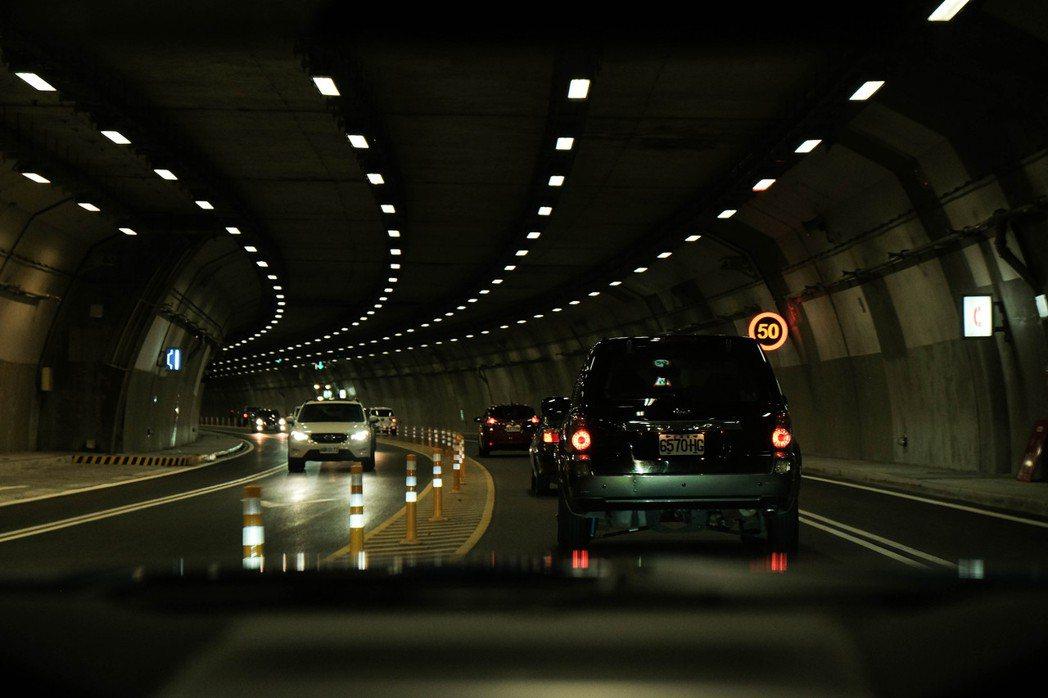 當車流前方有龜車時,在隧道內就會出現這樣緊密跟車的情景。 Keith /攝影