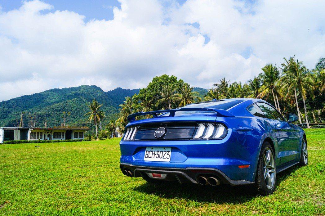 藍天、白雲、綠地,加上一台野馬GT,這畫面太美。 記者趙駿宏/攝影