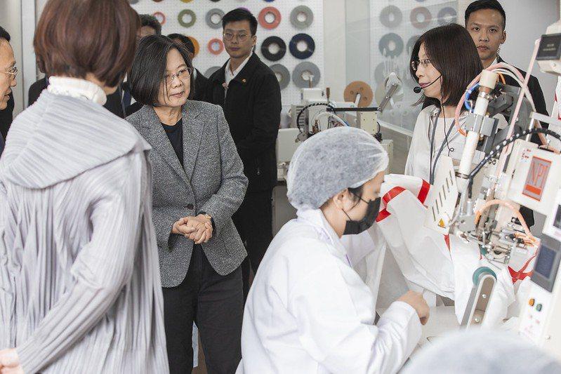 蔡英文總統參訪的防護衣國家隊廠商。 紡拓會/提供