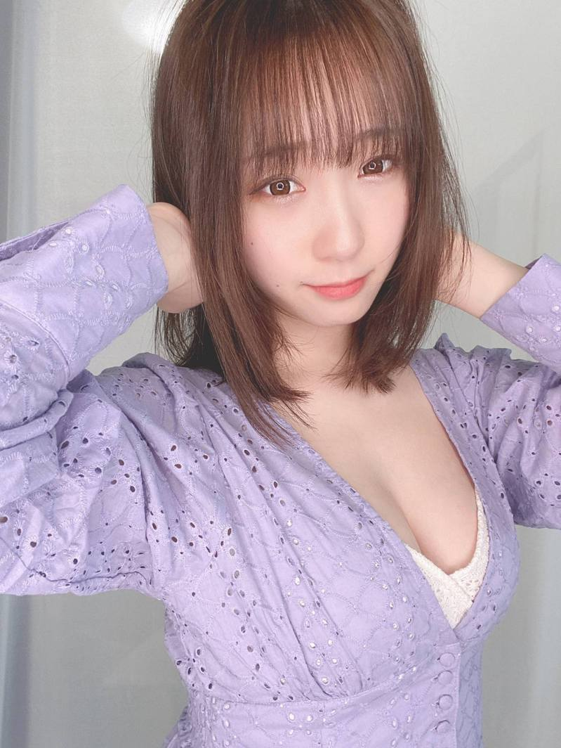 日本人氣Cosplayer 伊織萌(伊織もえ)於Twitter示範如何利用胸肌讓胸部自己動起來。(Twitter@moe_five)