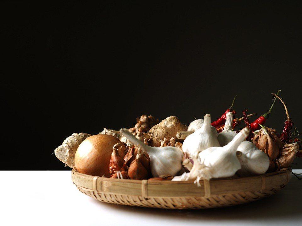 中醫著重透過食療、食補來增加身體的養分與正氣,以提升整體免疫力,例如蔥、薑、蒜等...