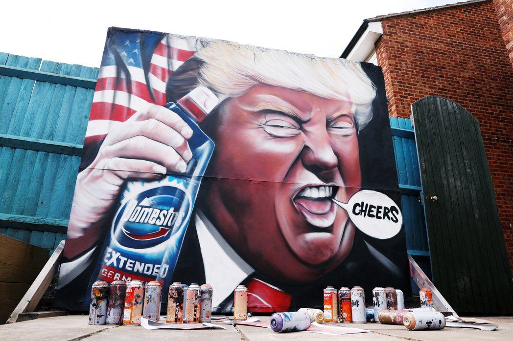 「這就是美國窮人的現實」。圖為街頭諷刺川普的塗鴉,日前川普曾經驚悚失言,表示可以...