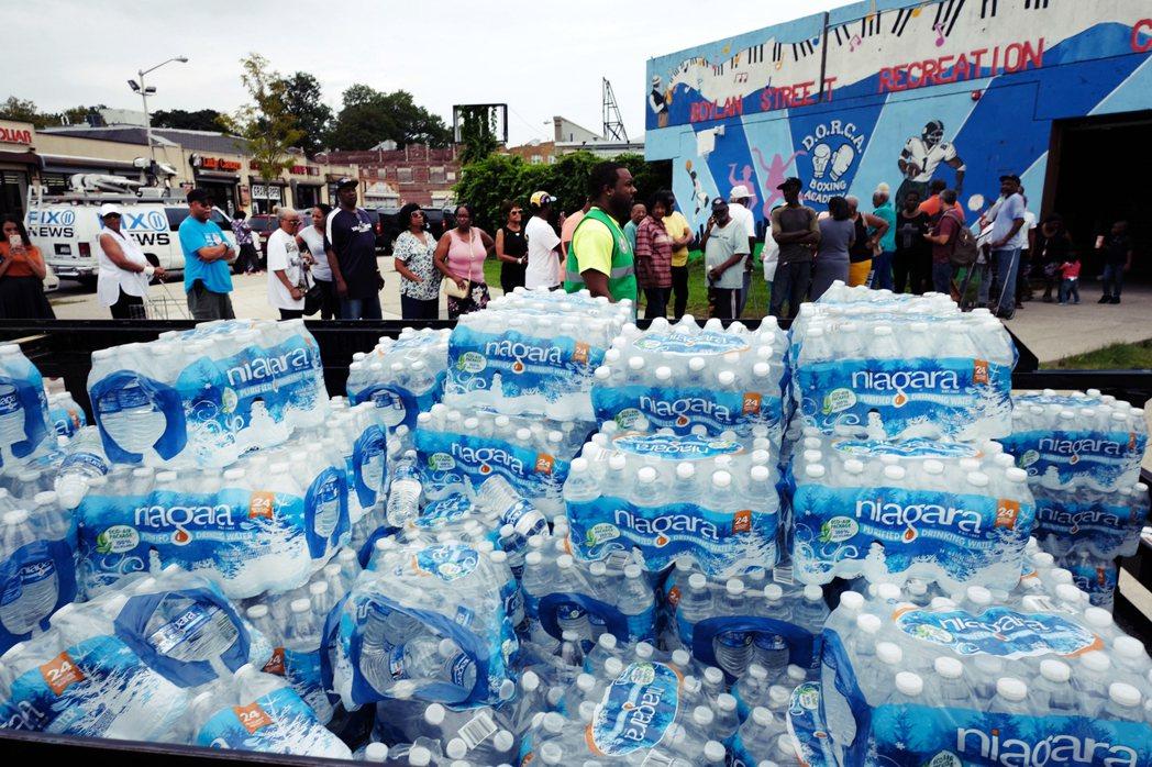 自來水的取得,同時牽扯了社經階級差異帶來的資源配給問題。 圖/法新社