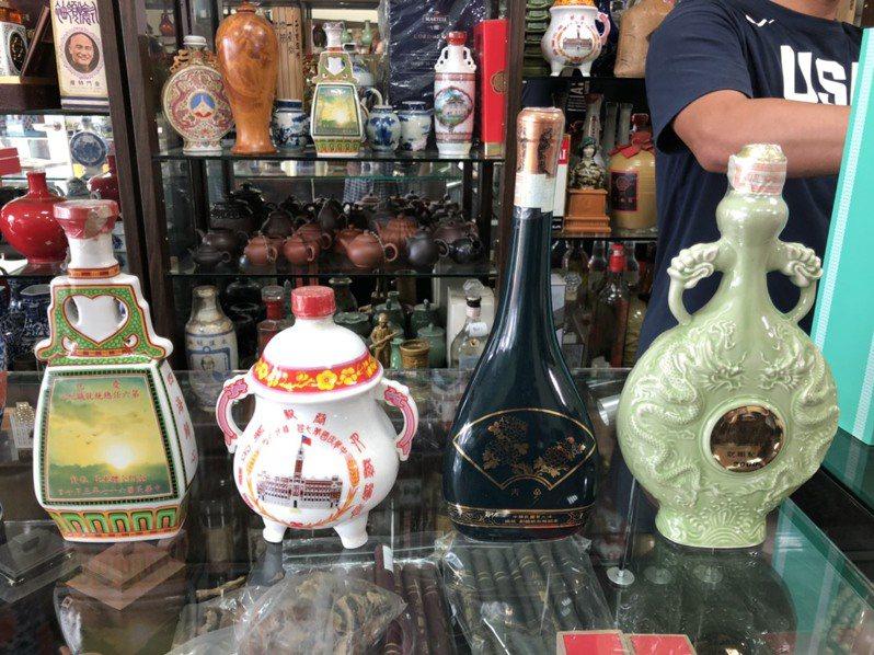 早期總統就職紀念酒比較制式化,清一色以傳統瓷器為主,圖左一就是第一版的第6任蔣經國總統就職紀念酒。記者蔡家蓁/攝影