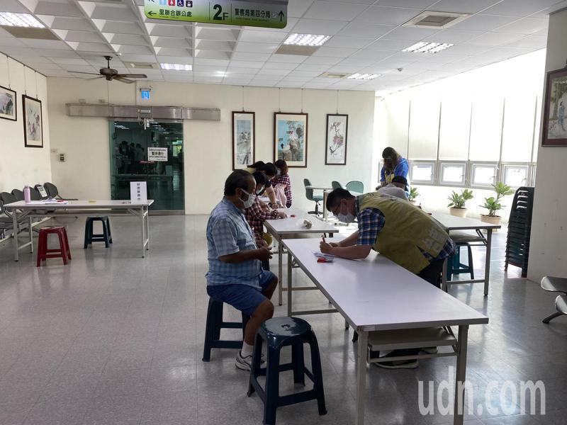 台南安平區公所這幾天仍然有不少前往辦理擴大紓困的民眾。記者修瑞瑩/攝影