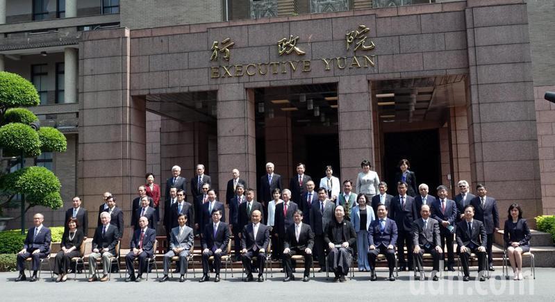 520前蘇貞昌內閣總辭,內閣閣員在最後一次行政院會後在廣場拍畢業照。記者邱德祥/攝影