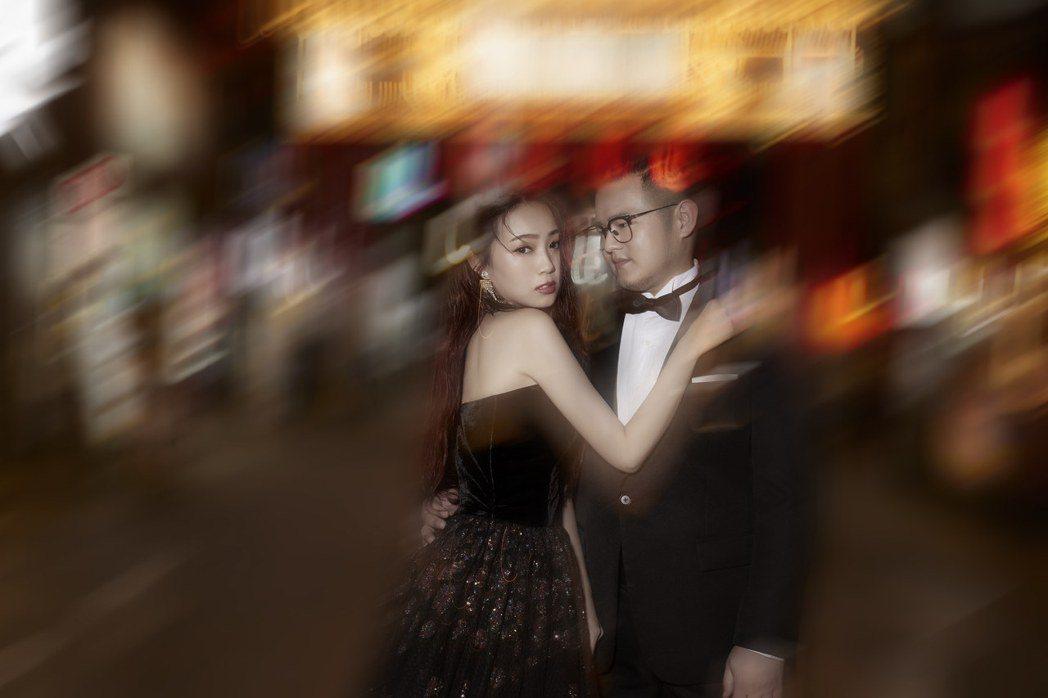 兩人在夜市拍的婚紗照別具美感。圖/LinLi Boutique林莉婚紗提供