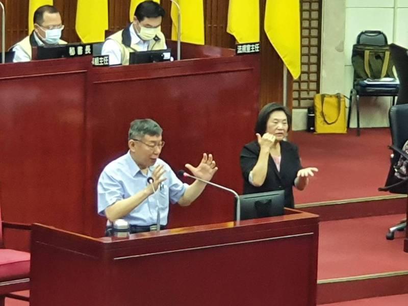 台北市長柯文哲上午至議會針對新冠肺炎疫情各項防疫、紓困及產業振興作為進行專案報告,酒店解封成議員質詢焦點。記者楊正海/攝影