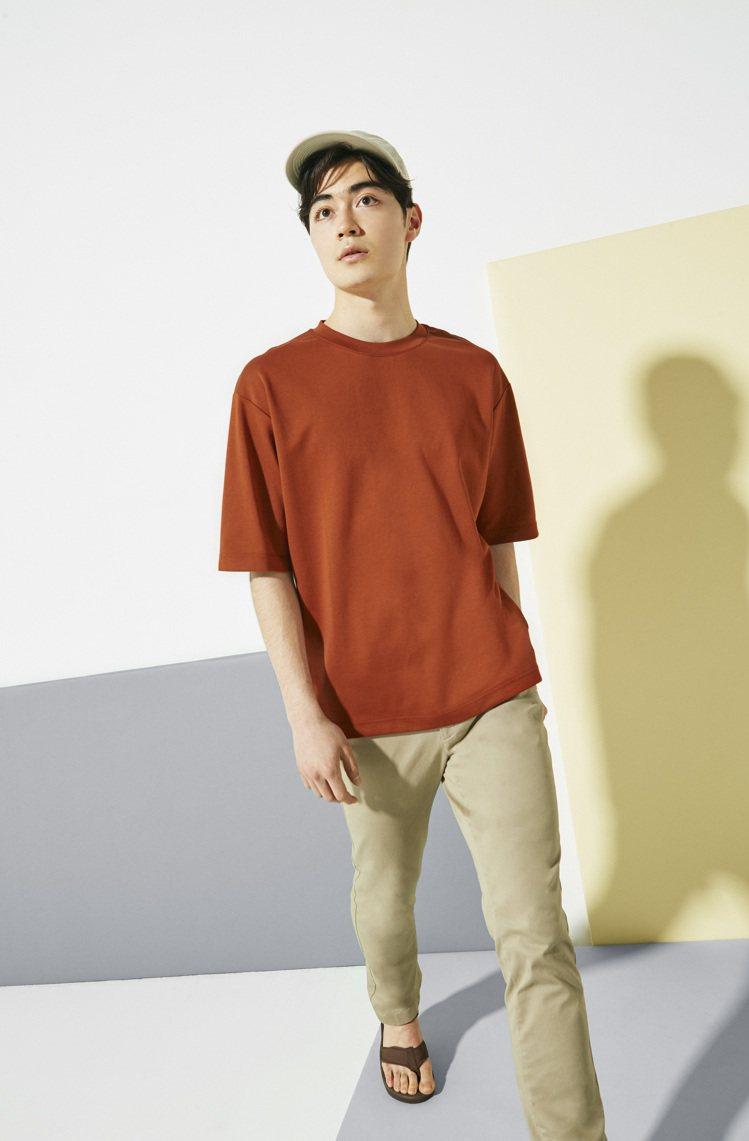 AIRism棉質深橘色寬版圓領T恤590元。圖/UNIQLO提供