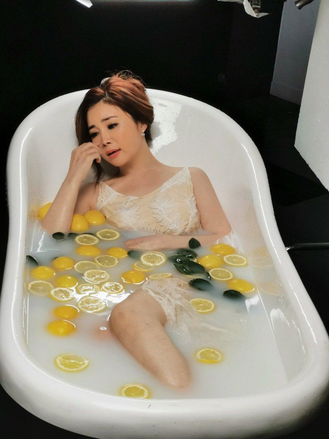 黃思婷在新歌「風中淚」MV獻出泡澡戲。圖/豪記唱片提供