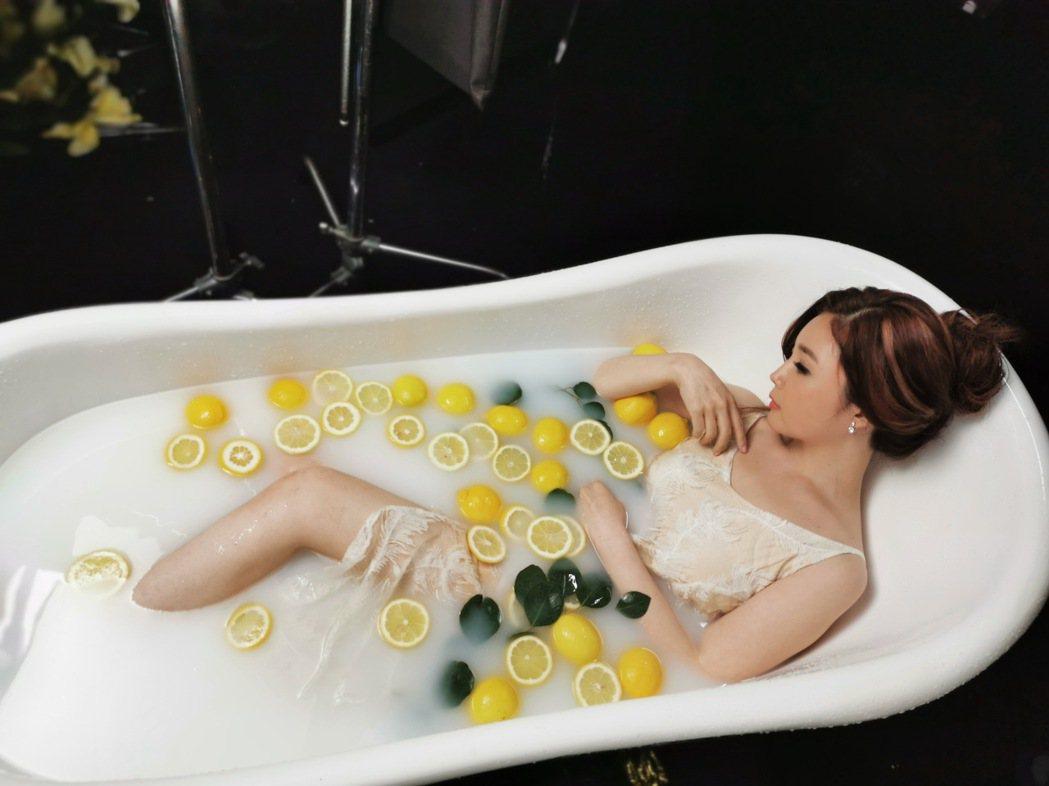 黃思婷說檸檬牛奶浴聽起來很浪漫,但泡2小時候只有酸臭味。圖/豪記唱片提供