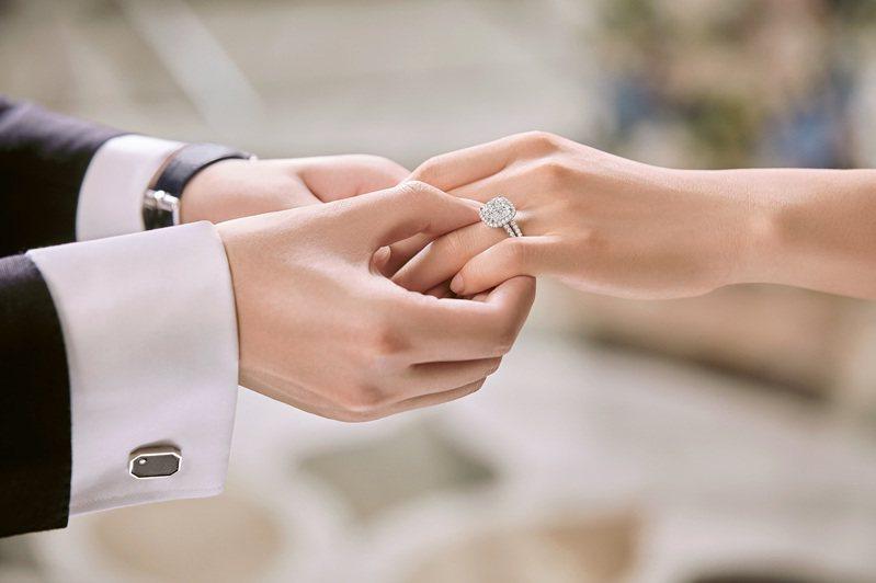 而因應六月幸福婚潮,Harry Winston推出The One訂婚系列推出多款鑽石婚戒與頂級鑽,預約幸福盟誓一刻。圖 / Harry Winston提供。