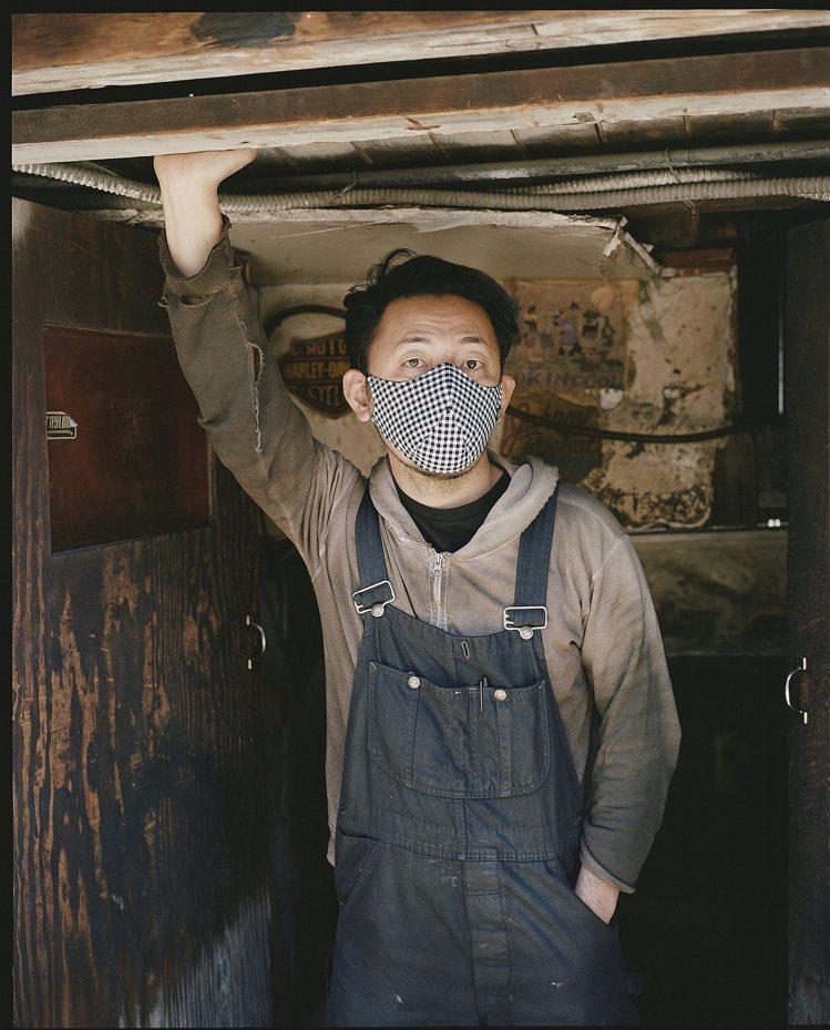rag & bone拍攝了紐約人工作時戴上Stealth Mask口罩系列的照片...