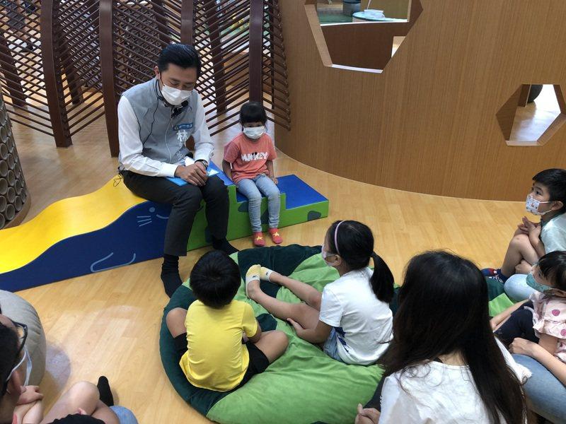 新竹市3間親子館自3月底開始休館,今天重新開館,湧入許多親子家庭,在半小時內就達八成滿。圖/新竹市政府提供