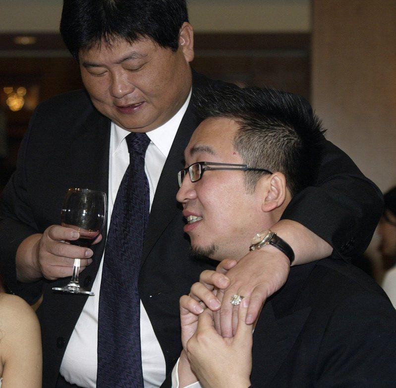 大甲鎮瀾宮董事長顏清標(左)早年喝酒海派,凸顯中部政壇的應酬文化,「很多交情都用肝換來的」。圖/聯合報系資料照片