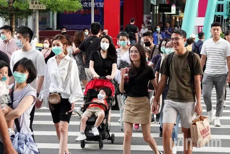 國內疫情趨緩,消費者更願意走出門,信義商圈逛街人潮湧現。本報資料照片