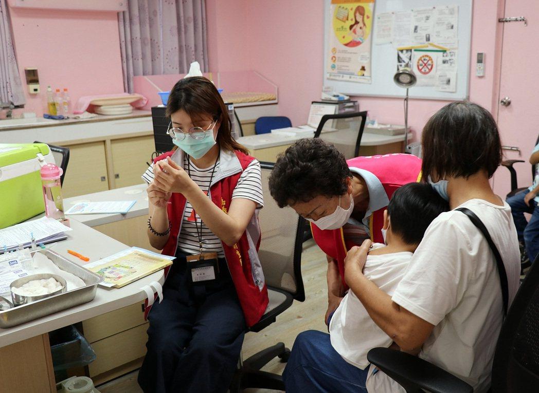 嘉義市衛生局呼籲家長應按時帶孩子接種疫苗。記者卜敏正/翻攝