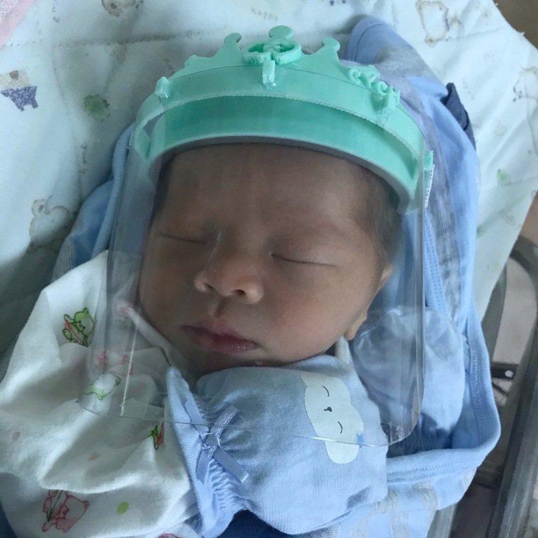 嘉基創新育成中心利用繪圖軟體以及3D列印,製作專屬於嬰兒使用的防護面罩,免費贈送...