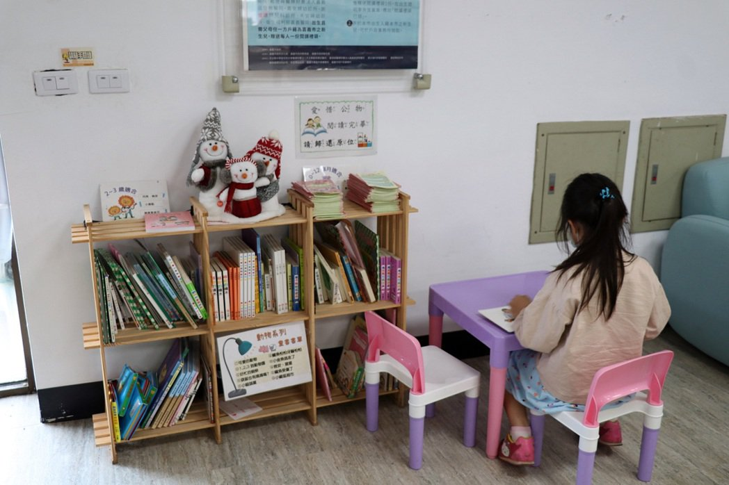 嘉義市東西區衛生所增設兒童閱讀空間,讓孩子等待打疫苗時,減少緊張不安氣氛。記者卜...