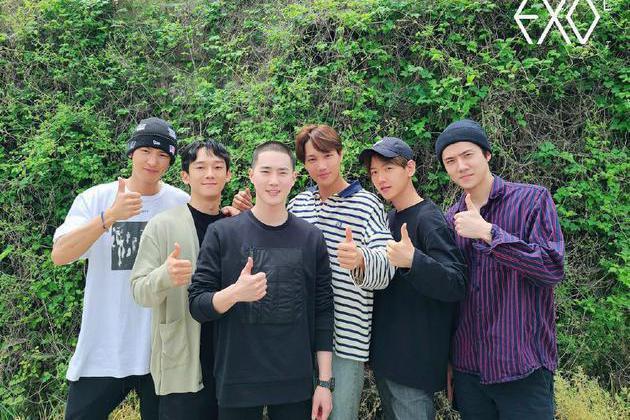 EXO隊長Suho(左3)今入伍,剛升格當爸的Chen(左2)也在相片中亮相。圖