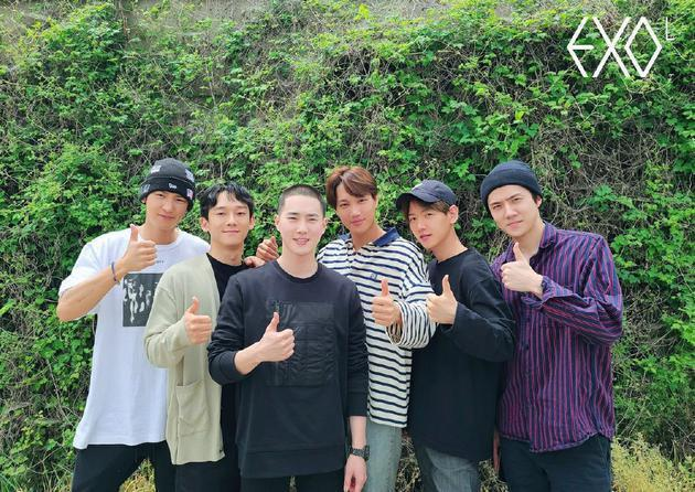 EXO隊長Suho(左3)今入伍,剛升格當爸的Chen(左2)也在相片中亮相。圖...