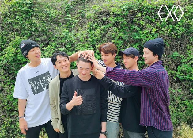 EXO隊長Suho(左3),團員祭出「摸頭殺」。圖/翻攝自Starnews