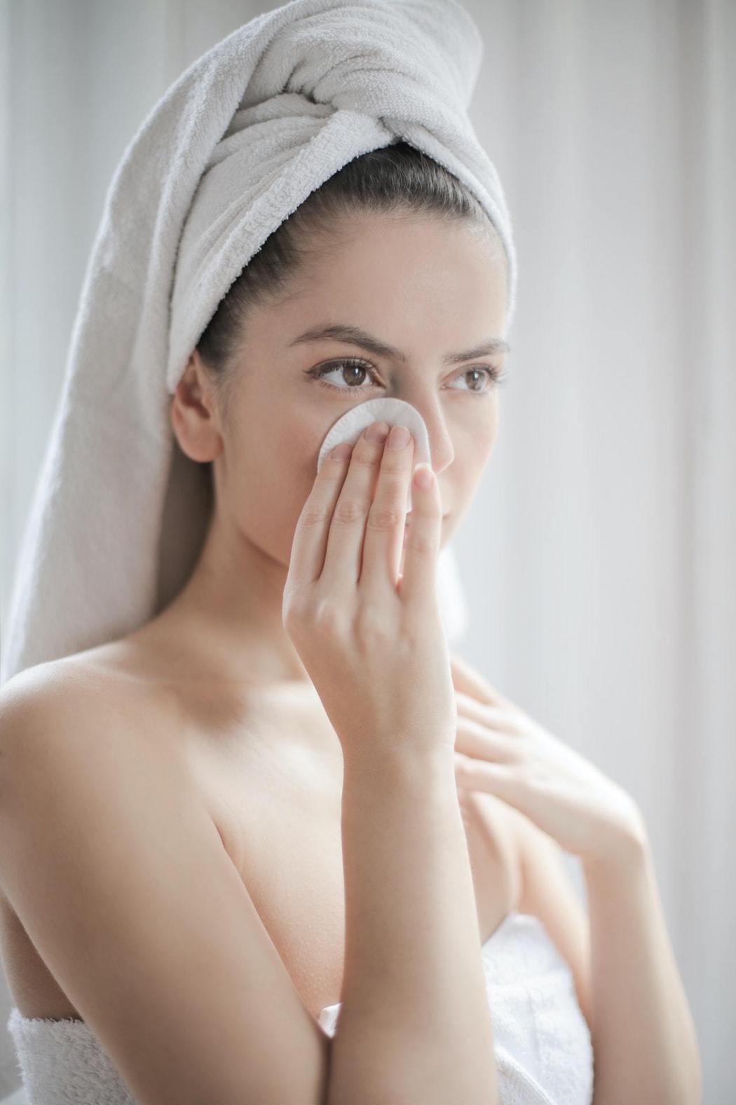 使用化妝棉時,不能用力過度。圖/摘自Pelexs