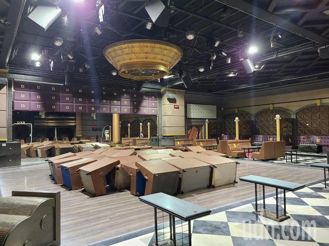 台南市萬象舞廳內舞池,堆滿桌椅。記者黃宣翰/攝影