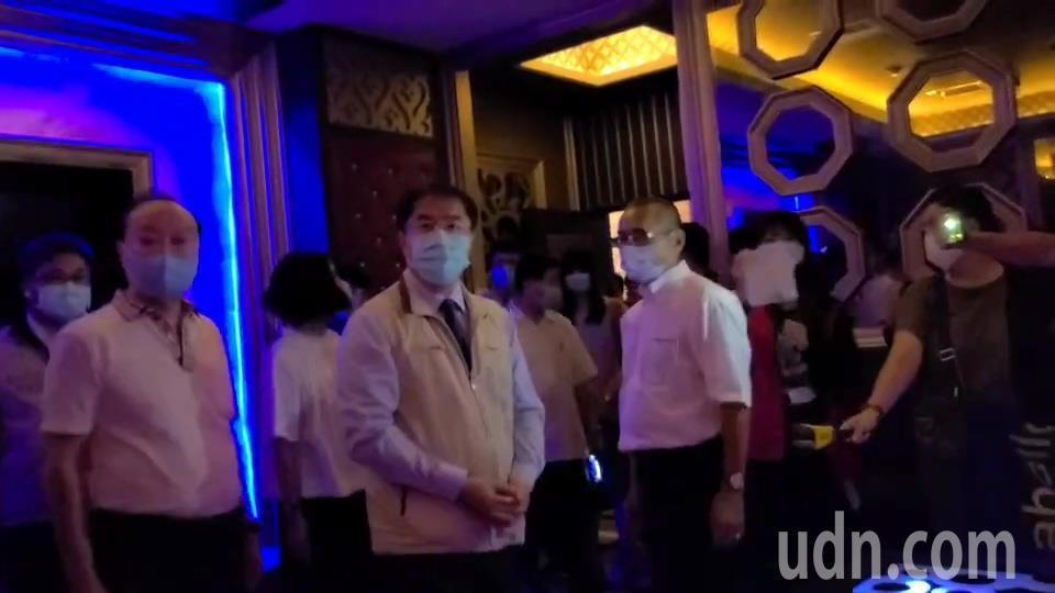 台南市長黃偉哲今天下午到北區萬象舞廳包廂,了解業者準備的防疫措施。記者黃宣翰/攝...