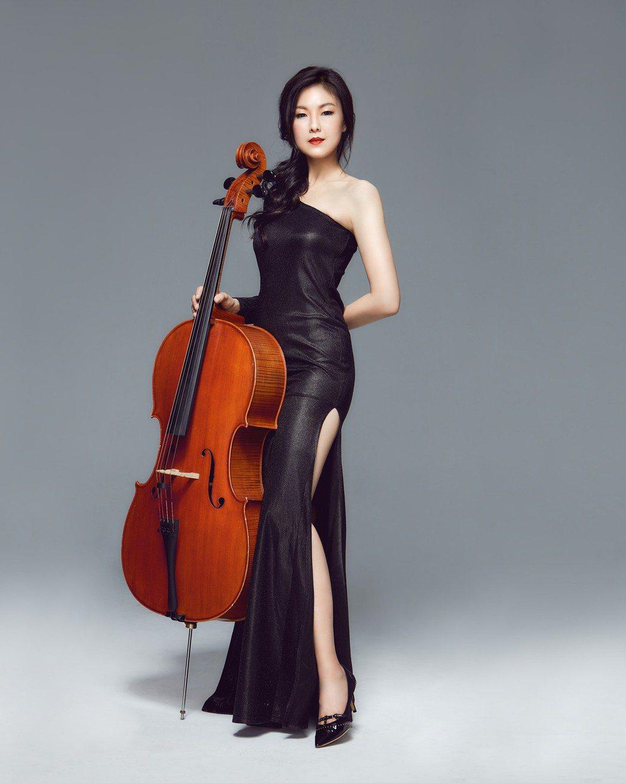 嫚凌穿著開高衩的黑色洋裝,曲線畢露。圖/星火映畫提供