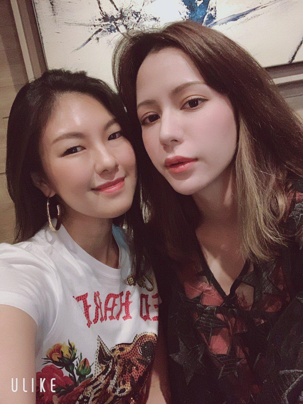嫚凌(左)跟Keanna常常互相打氣。圖/星火映畫提供