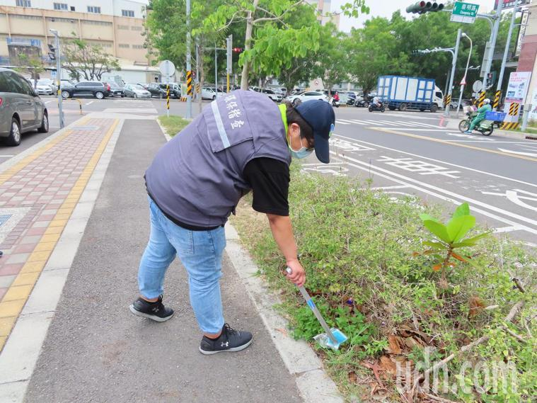 台南市環保局加強稽查與清理,兩個月內掃出2517個口罩。圖/台南市環保局提供