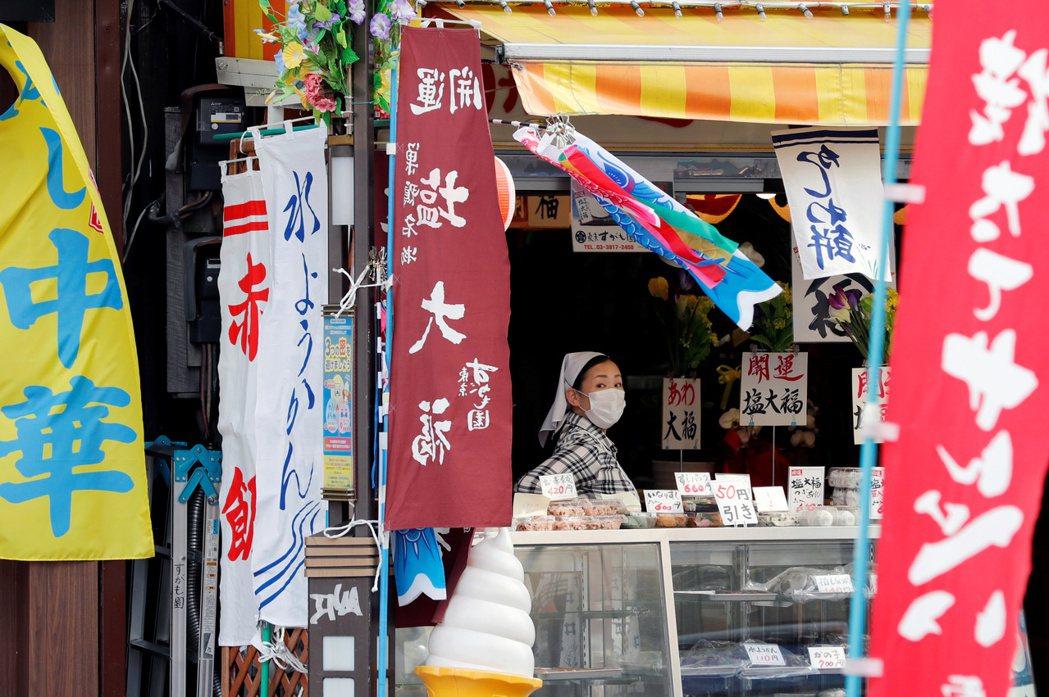 日本天氣逐漸轉熱,日本廠商擔心民眾大熱天仍必須戴口罩易中暑,開始加緊研發涼感口罩...