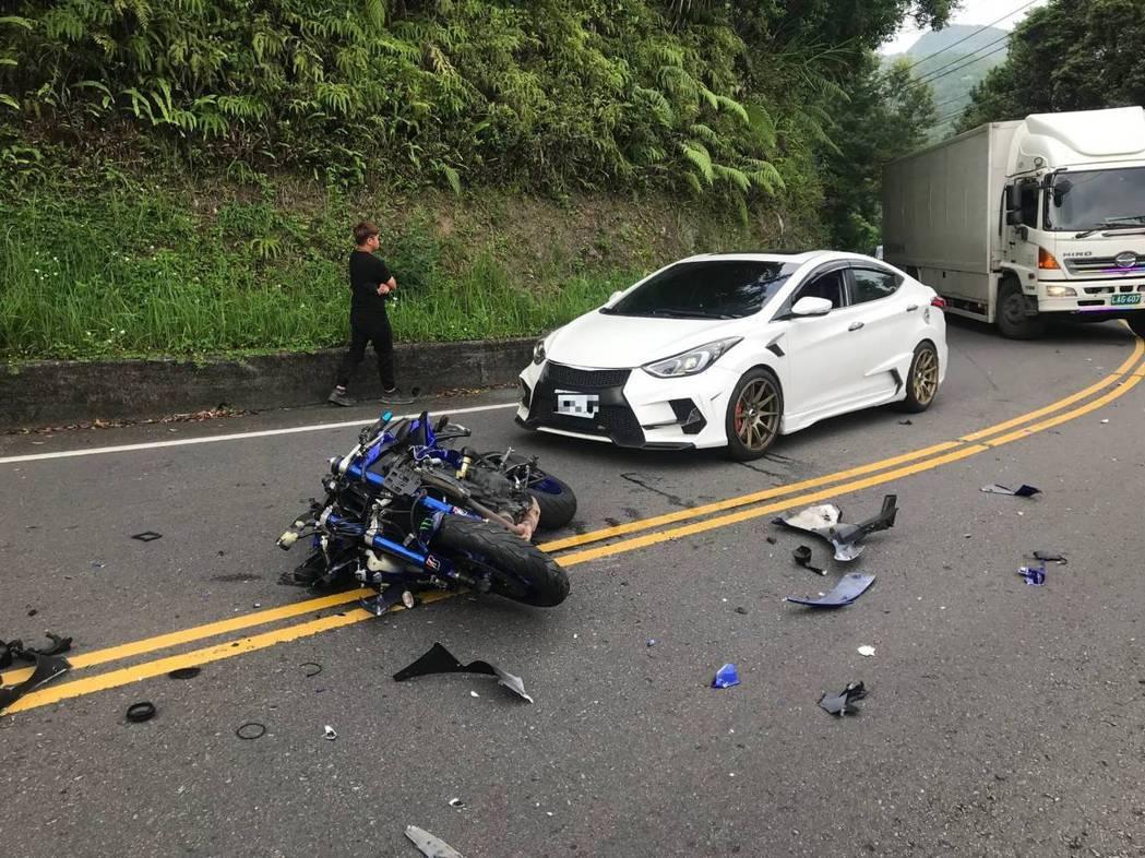 潘男重機因車禍嚴重損毀。記者柯毓庭/翻攝