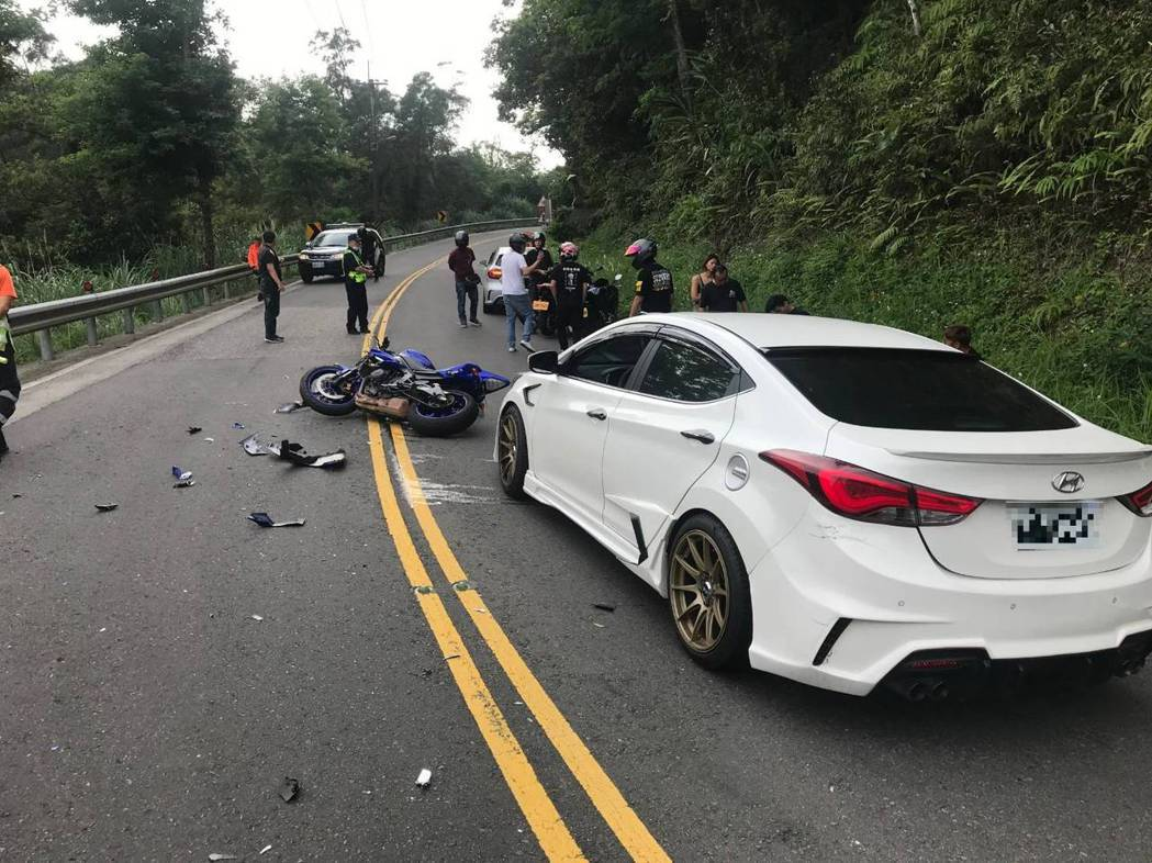 潘先撞上白色轎車後,又衝到對向車道撞上大貨車。記者柯毓庭/翻攝