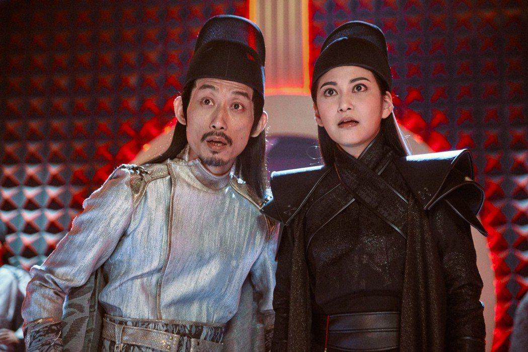 陳竹昇(左)、樓心潼在「孟婆客棧」中飾演冥界刑警「黑白捕快」。圖/民視提供