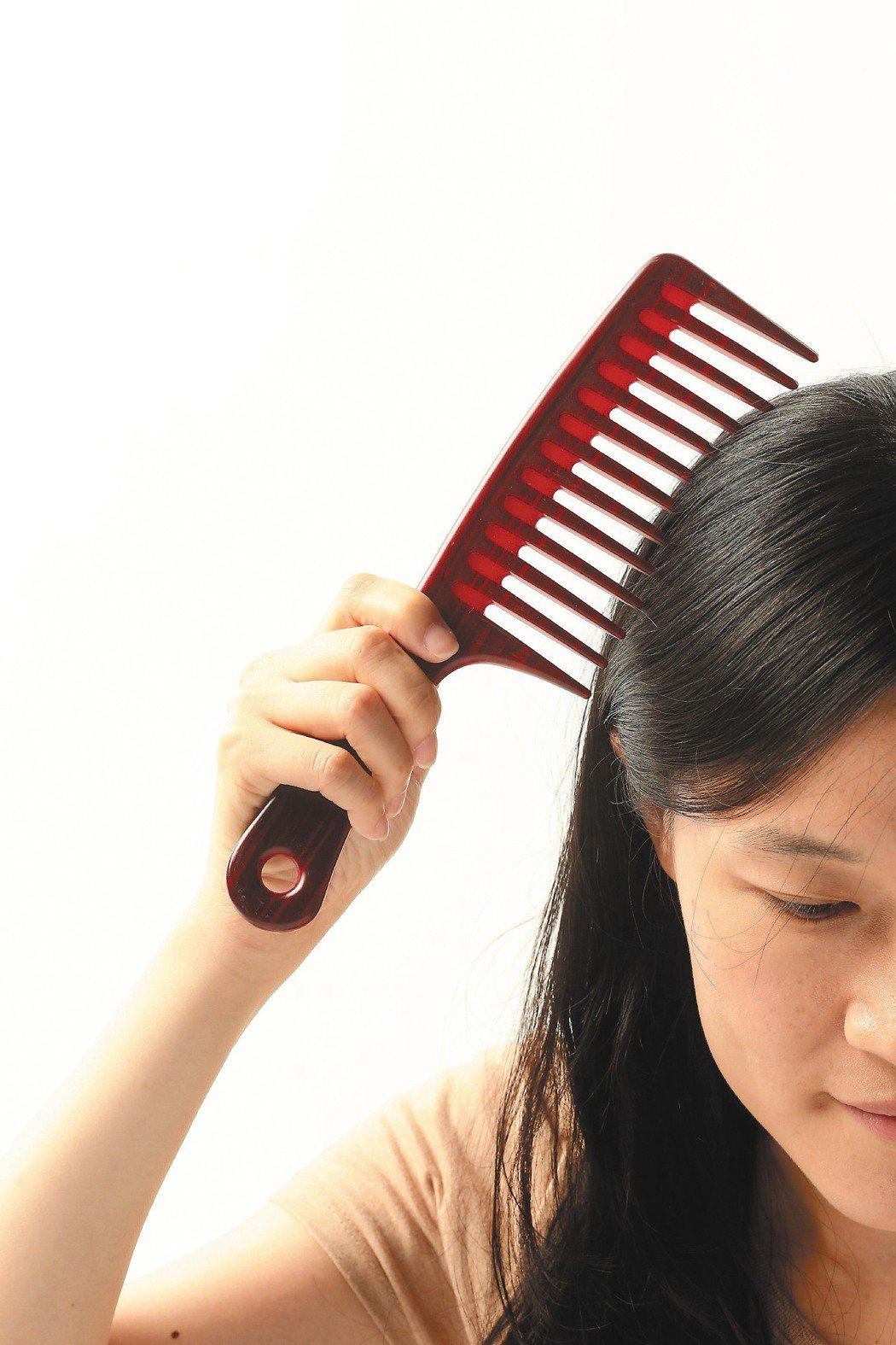 開業皮膚科醫師趙昭明指出,選用適合的洗髮精及正確洗髮相當重要。洗髮精除了洗頭髮外...