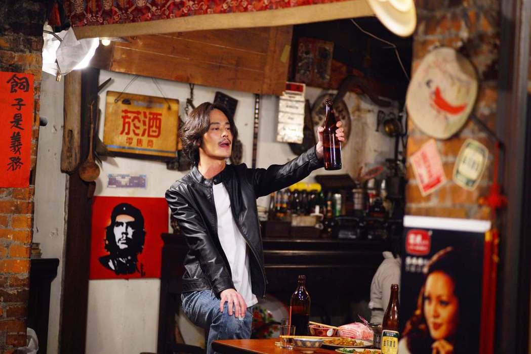 夏騰宏在劇中身兼自由攝影師與熱炒店的老闆。圖/公視提供